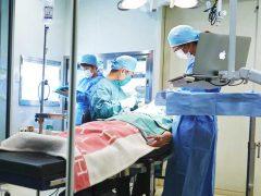 サイナスリフト手術を行ってる歯科医師たち